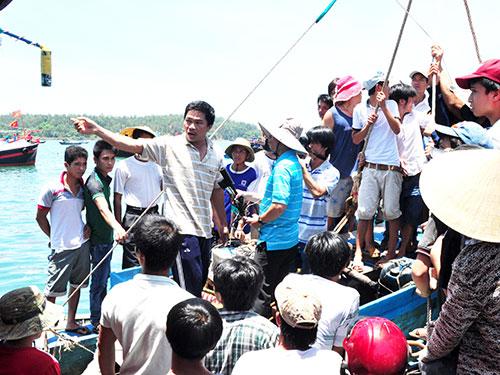 """Ngư dân Phạm Tấn Sơn (thuyền viên tàu QNg 90205 TS): """"Sửa xong tàu, chúng tôi quyết tâm ra Hoàng Sa"""""""