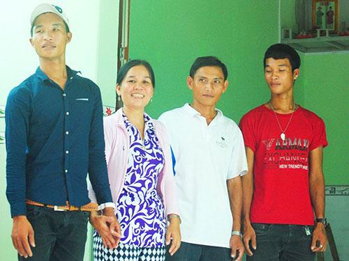 Từ trái qua: Hào Anh cùng mẹ, cha dượng và em trai lúc chưa xảy ra xung đột Ảnh: ZING