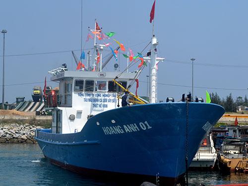 Tàu cá vỏ thép đầu tiên được bàn giao cho ngư dân tỉnh Quảng Ngãi vào tháng 4-2014