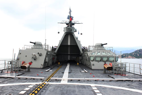 Sân đỗ trực thăng được bố trí ở mặt boong phía sau của Tàu Đinh Tiên Hoàng luôn sẵn sàng đón nhận các loại trực thăng săn ngầm: AK 28, AK 32, thủy phi cơ DHC-6 của Không quân Hải quân cùng phối hợp thực hiện nhiệm vụ bảo vệ chủ quyền biển đảo thiêng liêng của Tổ quốc.