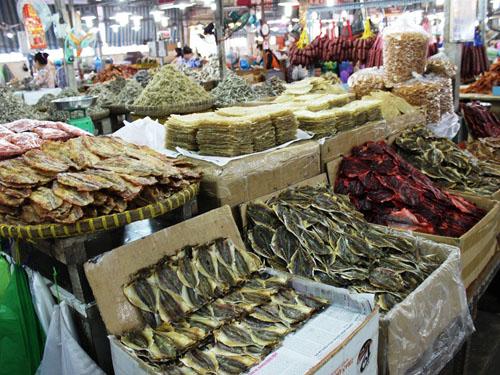 Có hàng trăm loại cá khô các loại được bày bán tại chợ. Các sản phẩm rất hợp vệ sinh và nguồn gốc thu mua được Ban quản lý chợ quản lý chặt.