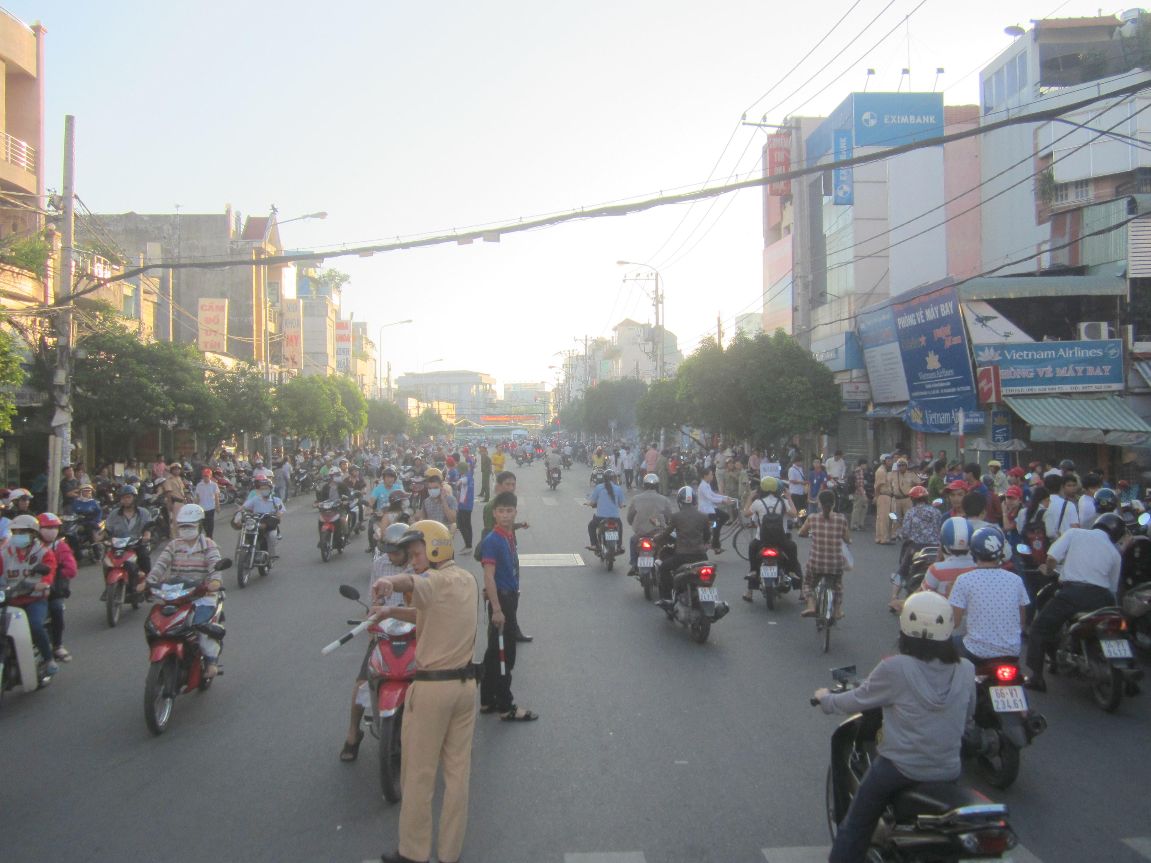 Lực lượng CSGT, sinh viên tình nguyện điiều tiết giao thông tại giao lộ Nguyễn Thái Sơn – Nguyễn Văn Bảo, quận Gò Vấp trong ngày đầu diễn ra kỳ thi đại học