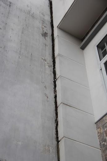 Vách từng của các căn nhà có những vết nứt lớn, và ngày càng mở rộng.