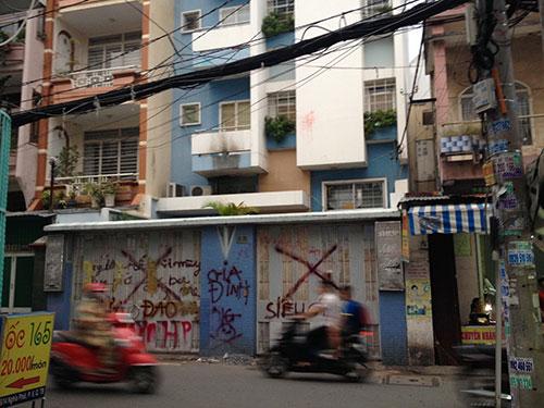 Trước căn nhà 218-220 Nghĩa Phát, phường 7, quận Tân Bình, TP HCM bị chủ nợ sơn vẽ đầy