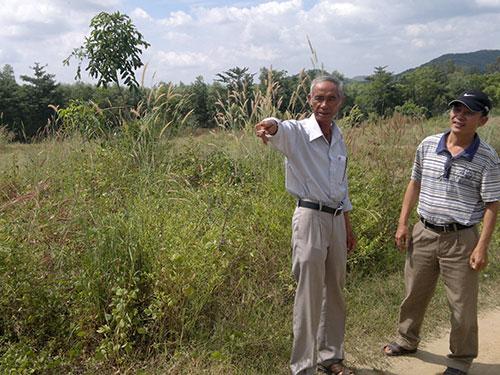 Ông Bùi Minh Đăng (trái) khẳng định đoạn dây dù tang vật được tìm thấy ở nơi cách xa chỗ được cho là Huỳnh Văn Nén vứt lại Ảnh: Thành Danh