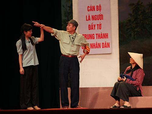 Cảnh trong vở kịch Lời thề thứ 9 của kịch tác gia Lưu Quang Vũ trên sân khấu Nhà hát Tuổi trẻ Ảnh: HÒA BÌNH