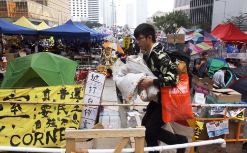 Một sinh viên cuối gói đồ đạc rời khỏi. Ảnh: SCMP