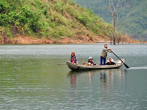 Từ khi thủy điện tích nước, người dân ở các huyện Sơn Tây, Sơn Hà (tỉnh Quảng Ngãi) phải phụ thuộc vào lòng hồ thủy điện