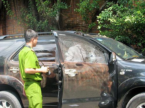 Lực lượng công an khám nghiệm chiếc ô tô có 2 người chết