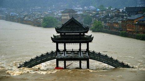 Thị trấn cổ Phượng Hoàng ngập trong lũ sáng 16-7. Ảnh: BBC