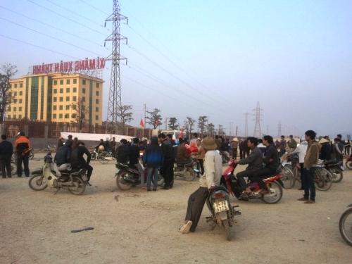 Hàng trăm người dân cạnh nhà máy xi măng Xuân Thành đã kéo đến bao vây nhà máy để phản đối ô nhiễm.