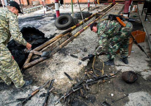 Các tay súng ly khai chiếm một căn cứ biên phòng của quân đội Ukraine tại TP Luhansk. Ảnh: AP