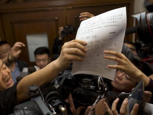 Thân nhân của các nạn nhân người Trung Quốc trình thỉnh nguyện thư Ảnh: AP