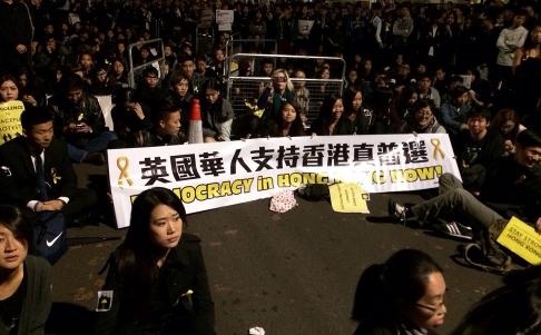 Khoảng 3.000 người biểu tình án ngữ bên ngoài Đại sứ quán Trung Quốc tại London – Anh sáng sớm 2-10. Ảnh: SCMP