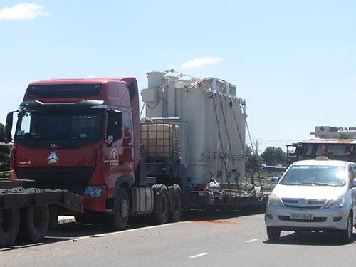 Chiếc xe tải cùng biến áp siêu trường, siêu trọng đã lọt qua sự kiểm soát của nhiều địa phương Ảnh: BẠCH LONG