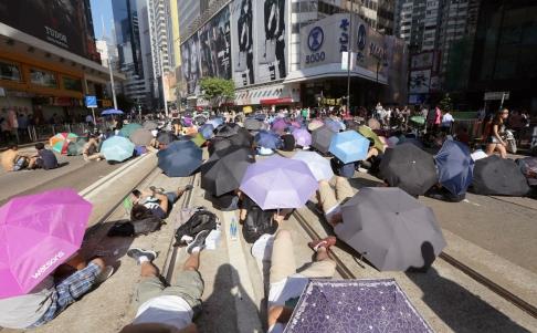 Giao thông trên các con đường chính bị tắc nghẽn vì người biểu tình đổ xuống đường. Ảnh: SCMP