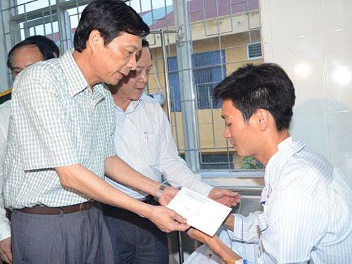 Ông Nguyễn Văn Đọc, Chủ tịch UBND tỉnh Quảng Ninh, thăm hỏi nạn nhân sau vụ nổ súng