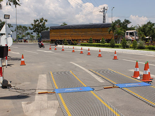 Nhiều xe tải vô tư đi lọt trạm cân ở Khánh Hòa Ảnh: KỲ NAM