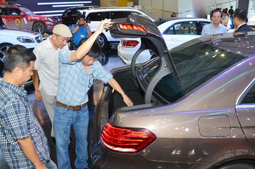 Khách hàng chọn mua xe tại một triển lãm ô tô ở TP HCM Ảnh: TẤN THẠNH