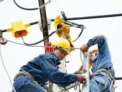 Cải tạo lưới điện trên đường Huỳnh Tấn Phát, huyện Nhà Bè, TP HCM Ảnh: TẤN THẠNH
