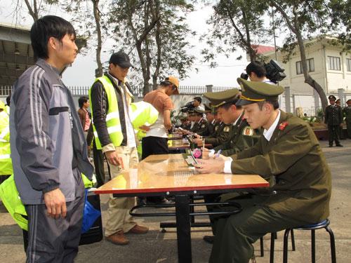 Lao động Việt Nam tại Libya về đến sân bay Nội Bài vào tháng 3-2011 Ảnh: NGUYỄN QUYẾT