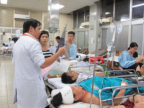 Các điều dưỡng, y bác sĩ đang hồi sức cho bệnh nhân tại Khoa Cấp cứu BV Chợ Rẫy  Ảnh: PHẠM DŨNG