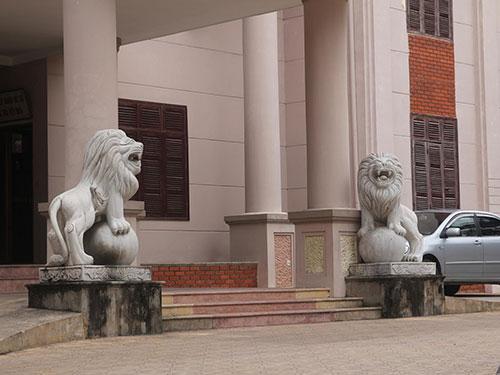 Sư tử đá chễm chệ ở Sở Lao động - Thương binh và Xã hội tỉnh Nghệ An  Ảnh: ĐỨC NGỌC