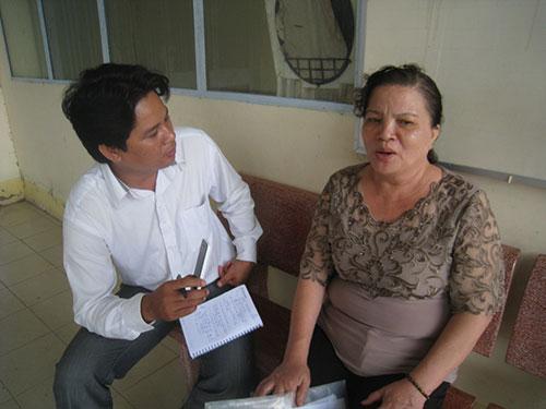 Bà Nguyễn Ánh Minh trao đổi với báo chí sau phiên tòa