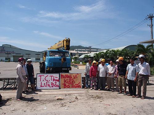 Ảnh lớn: Không được giao sổ đỏ khi mua đất, người dân bao vây nhà máy của  Công ty Tân Cường Thành Đà Nẵng vào năm 2013. Ảnh nhỏ: Ông Trương Vĩ Kiến  Ảnh: HOÀNG DŨNG