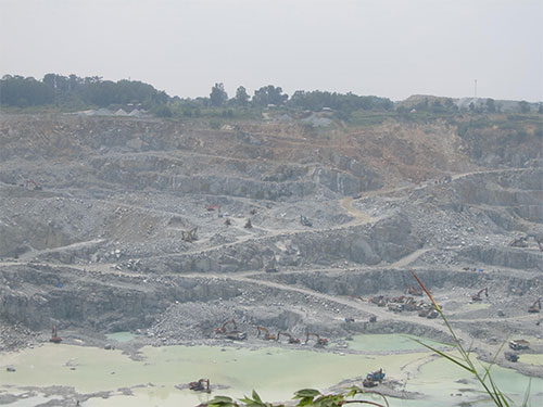 Công trường khai thác đá Tân Đông Hiệp (tỉnh Bình Dương) gây ô nhiễm môi trường, nứt nhà cửa dân cư xung quanh