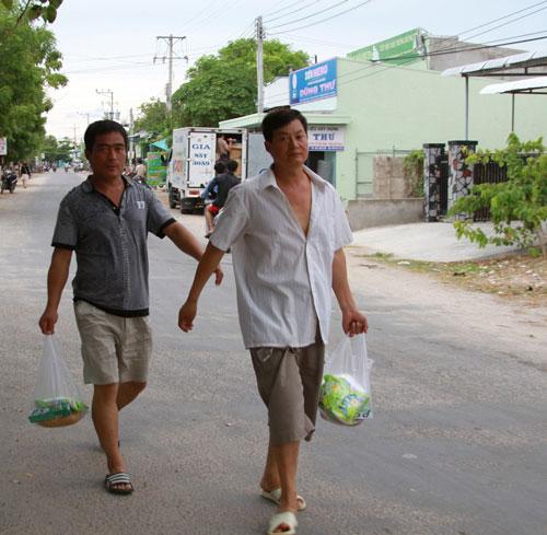 Lao động Trung Quốc ở huyện  Tuy Phong, tỉnh Bình Thuận ra ngoài mua sắm Ảnh: BẠCH LONG