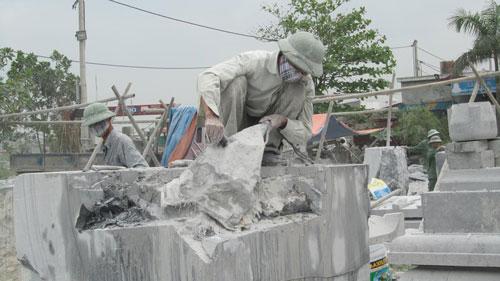 Không khí tại làng đá Ninh Vân, tỉnh Ninh Bình bị ô nhiễm nặng do hoạt động cắt, xẻ đá Ảnh: HIẾU HUỆ