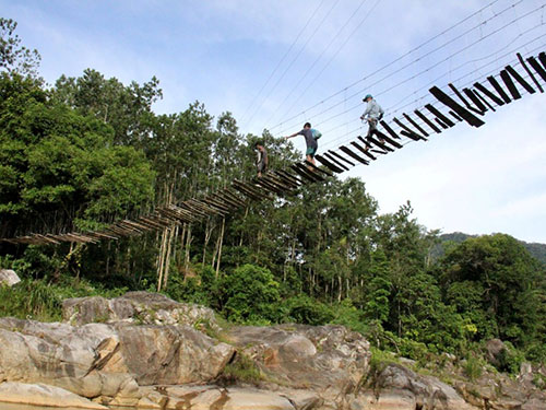 Cầu treo ở thôn Gọi Re, xã Ba Xa, huyện Ba Tơ, tỉnh Quảng Ngãi. Ảnh: Tử Trực