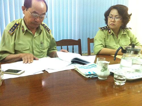 Lãnh đạo Chi cục QLTT tỉnh Bình Định xem xét hồ sơ của bà Hương