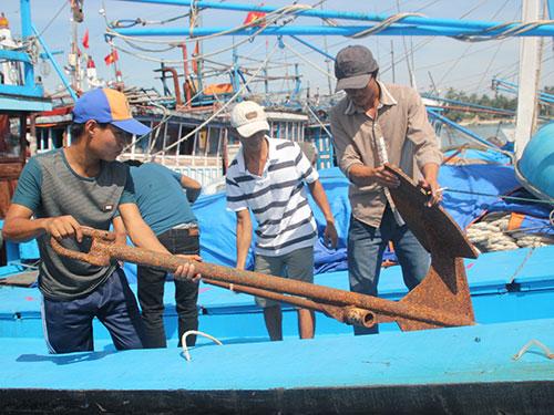 Ngư dân Quảng Nam sửa lại tàu chuẩn bị cho chuyến vươn khơi sắp tới Ảnh: QUANG VINH