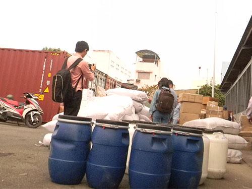 Các thùng hóa chất không nhãn mác trong vụ 10 container hàng lậu vừa bị phát hiện tại TP HCM