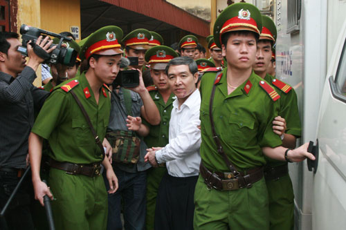 Bị cáo Dương Chí Dũng được dẫn giải ra phiên tòa trong một vụ án tham nhũng với số tiền lớn nhưng khó thu hồi, xảy ra tại Tổng Công ty Hàng hải Việt NamẢnh: NGUYỄN QUYẾT