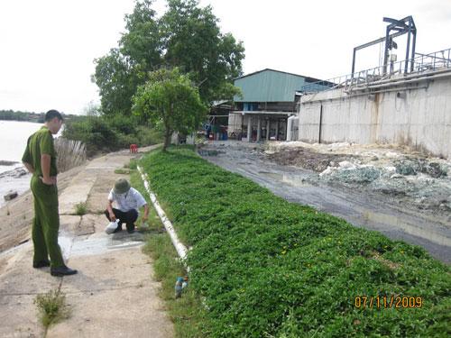 Lực lượng chức năng lấy mẫu nước thải tại Công ty CP Thuộc da Hào Dương đưa đi phân tích