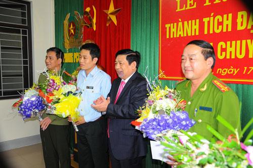 Ông Nguyễn Xuân Đường, Chủ tịch UBND tỉnh Nghệ An (thứ hai từ phải qua), chúc mừng ban chuyên án Ảnh: MẠNH HÀ