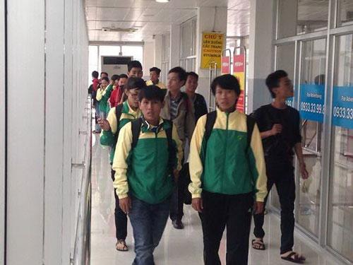 Do sự cố cúp điện, các thành viên đội bi sắt TP HCM đã phải chờ đợi nhiều giờ mới được lên máy bay khởi hành từ TP HCM đi Hà Nội chiều 20-11.Ảnh: DƯ HẢI