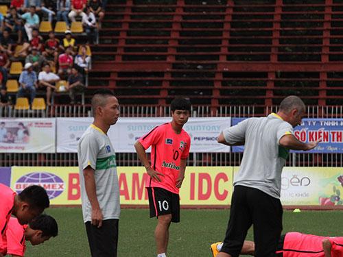 Công Phượng (10) đang tập luyện cùng đồng đội và các HLV tại Gia Lai. (Ảnh chụp tháng 11-2014)  Ảnh: ANH DŨNG