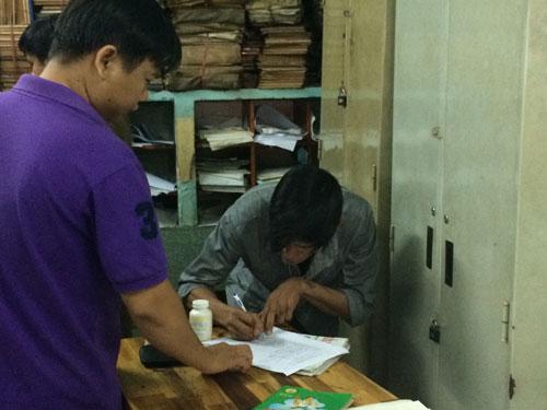 Một người nghiện ma túy được Công an xã Bà Điểm, huyện Hóc Môn, TP HCM hướng dẫn làm thủ tục  xét nghiệm Ảnh: THU HỒNG