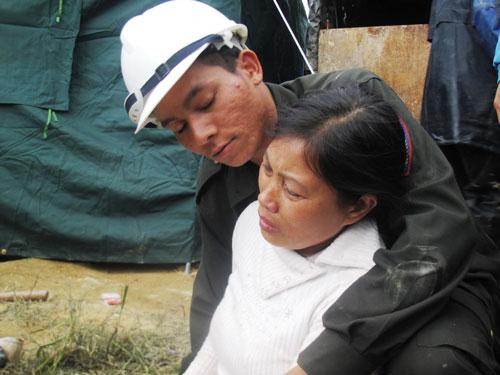 Chị Phan Thị Hoa nghẹn ngào trong hạnh phúc khi lực lượng cứu hộ đưa được chồng chị là anh Trương Tuấn Việt từ lòng đất ra ngoài Ảnh: HỒNG ÁNH - CAO NGUYÊN
