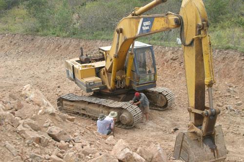 """Máy móc tham gia tìm kiếm """"kho báu"""" ở núi Tàu"""