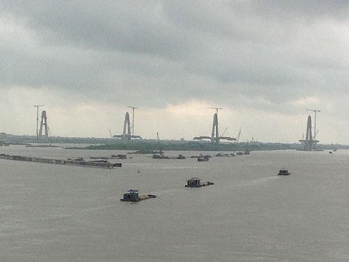 Dự án Phát triển giao thông đường thủy khu vực đồng bằng Bắc Bộ đã đội vốn hàng chục triệu USD. Trong ảnh: Tiểu dự án nắn dòng chảy sông Hồng đoạn qua Hà Nội