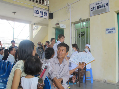 Bệnh nhân chờ làm thủ tục xét nghiệm tại một bệnh viện ở Hà Nội