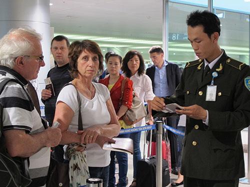 Kiểm tra an ninh tại sân bay Tân Sơn Nhất Ảnh: PHẠM DŨNG