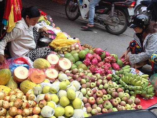 Trái cây Trung Quốc được bán phổ biến tại các chợ ở Việt Nam