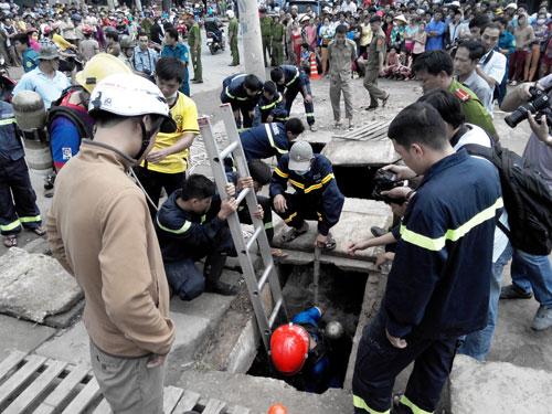 Lực lượng chức năng nỗ lực tìm kiếm bé La Văn Tỷ bị sụp cống mất tích