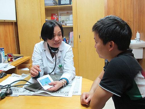 Sự giải thích tận tình và ân cần của thầy thuốc luôn làm người bệnh cảm thấy yên tâm hơn mỗi khi đi khám chữa bệnh